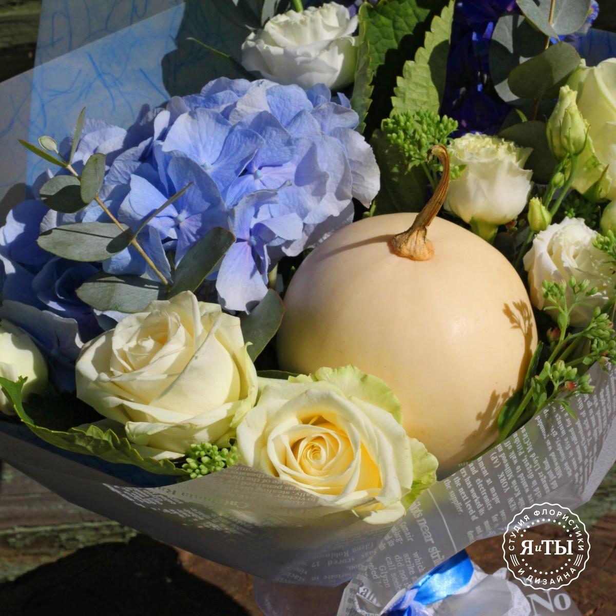 Бело-голубой букет с тыквой и гортензией
