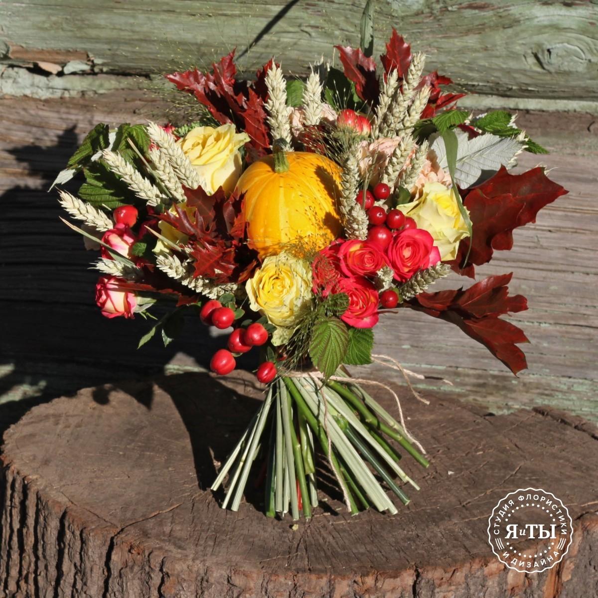 Небольшой букет с тыквой и розами