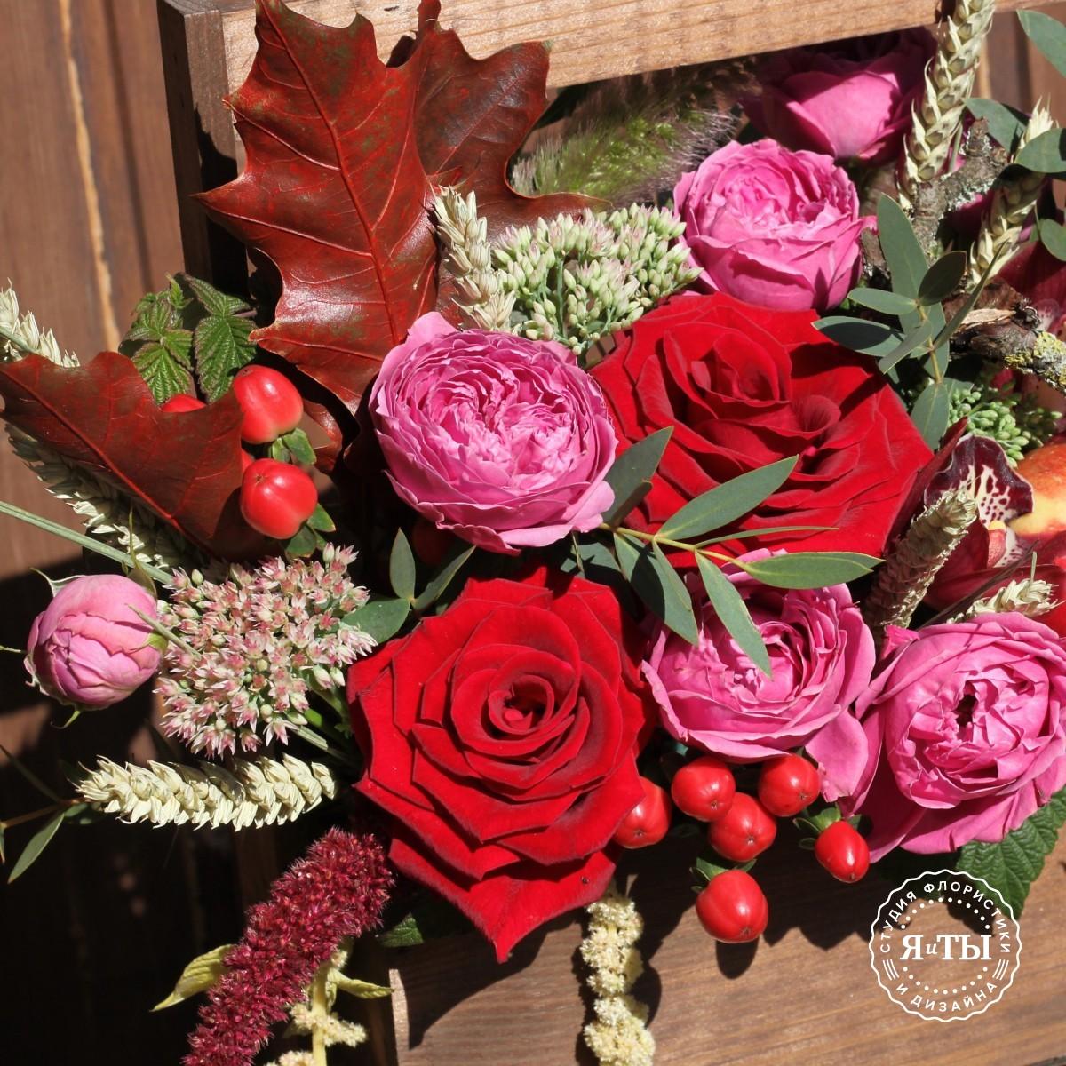 Деревянный ящик с вином и цветами