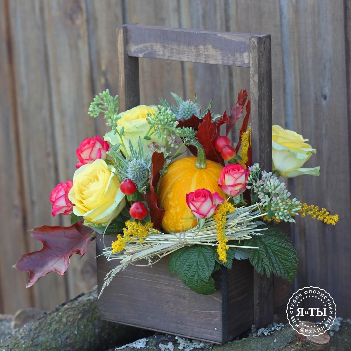 Небольшой ящичек с розами, зеленью и тыквой