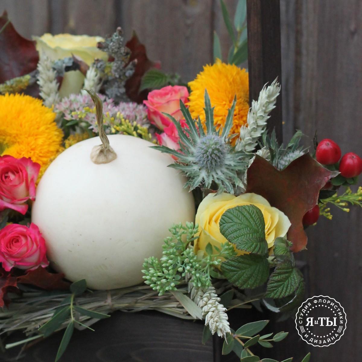 Осенний ящичек с подсолнухами и тыквой
