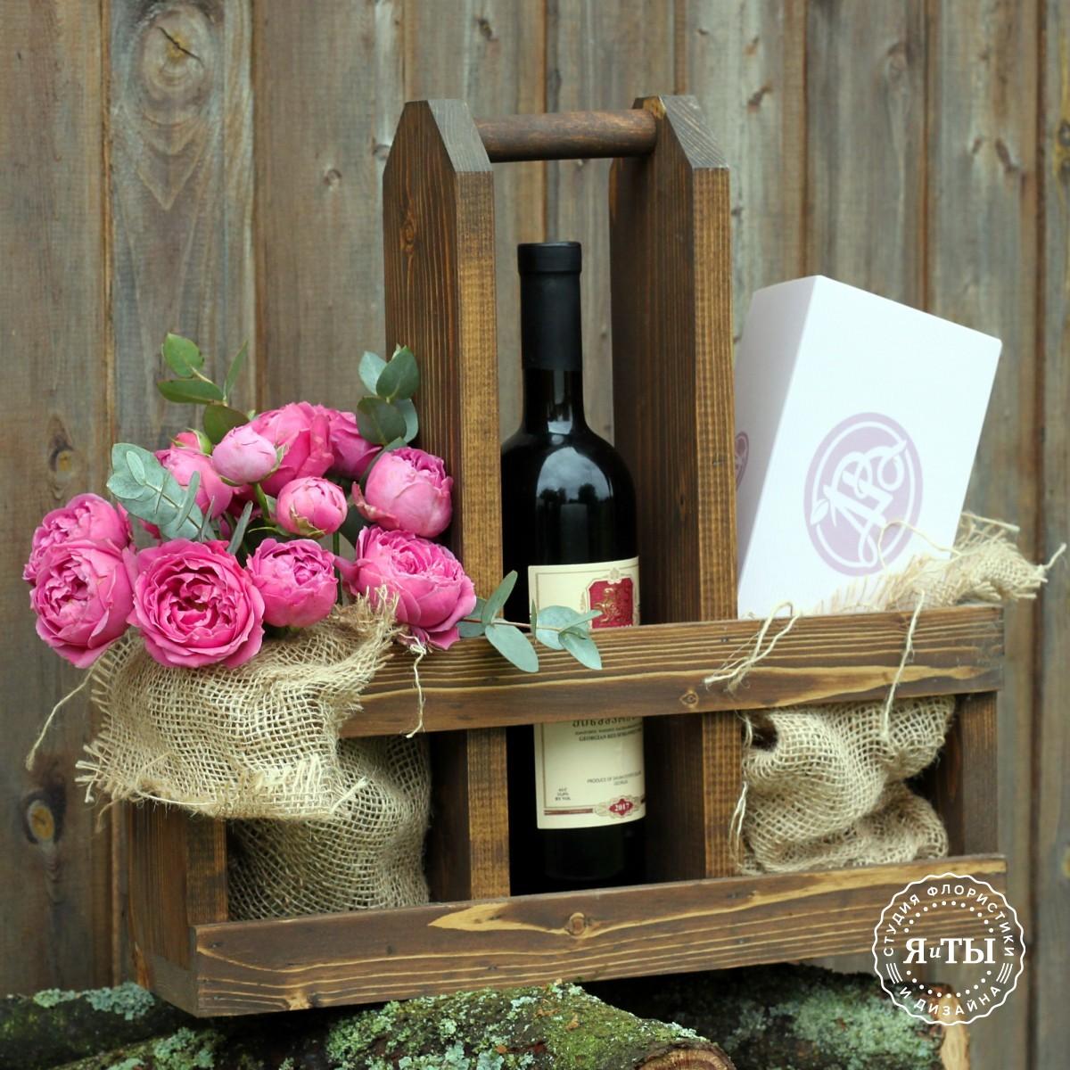 Деревянный ящик с вином и пирожными