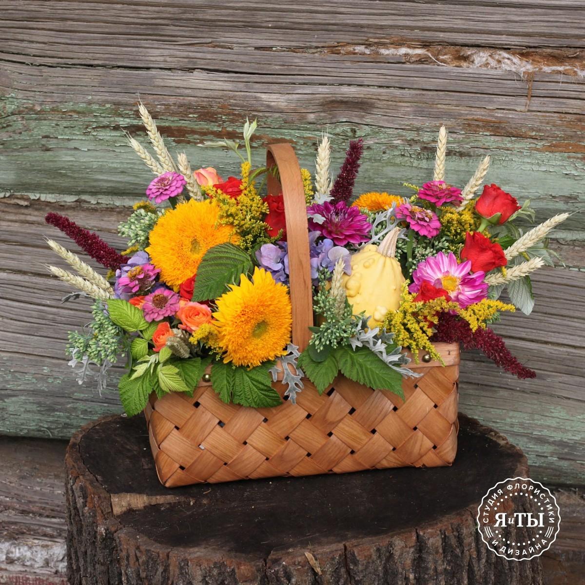 Осеннее лукошко с подсолнухами и тыквой