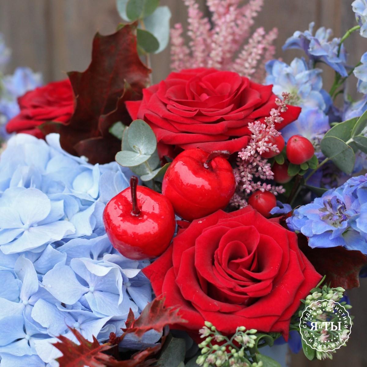 Шляпная коробка с бордовыми розами