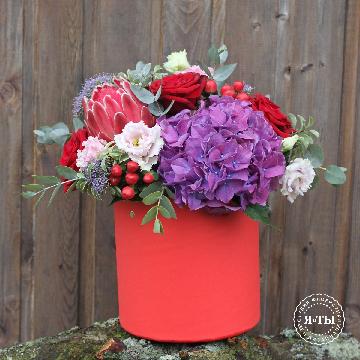 Шляпная коробка с протеей и розами