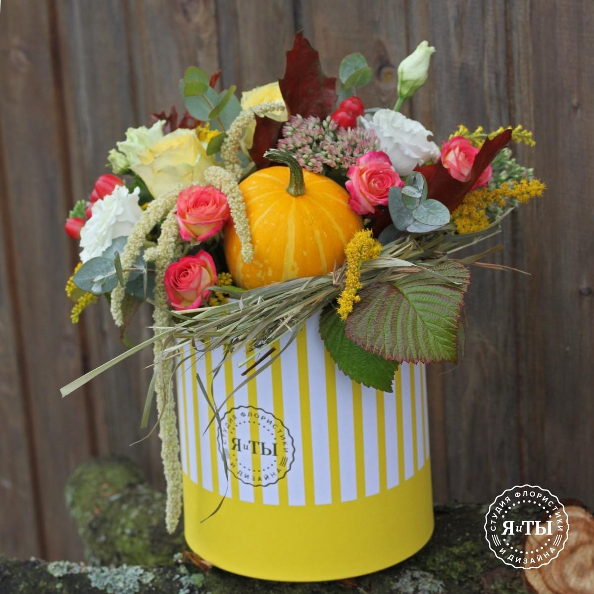 Осенняя коробка с тыквой и сеном
