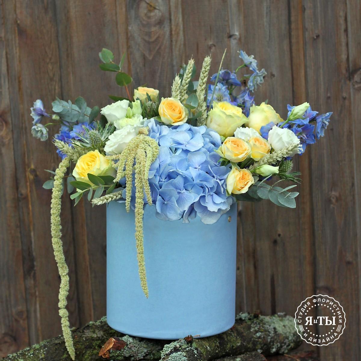 Шляпная коробка с голубой гортензией