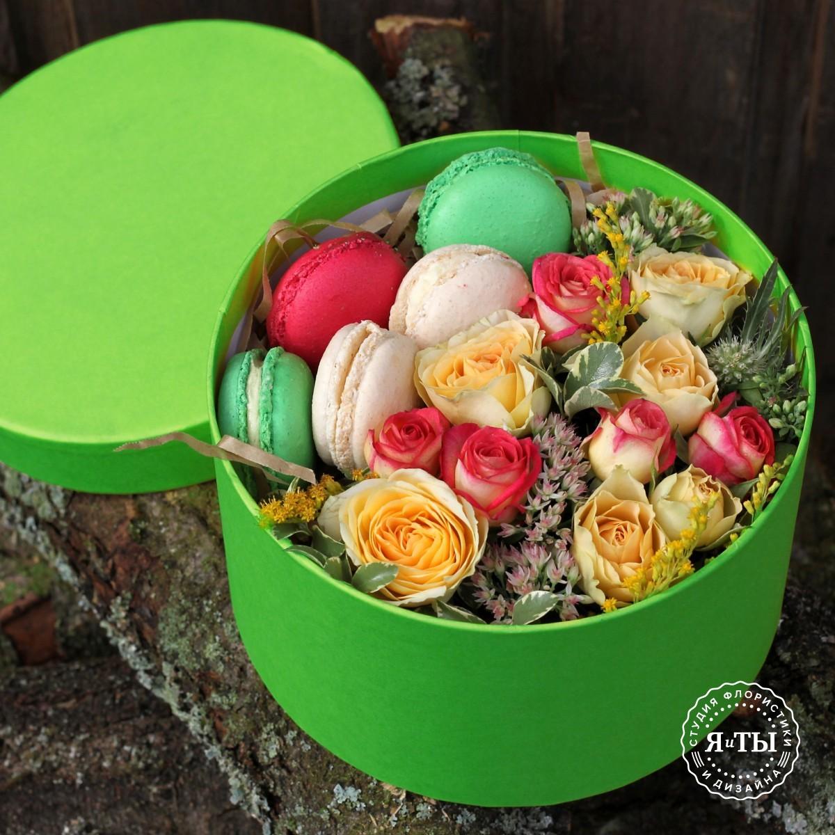 Коробочка с кустовыми розами,зеленью и макарони