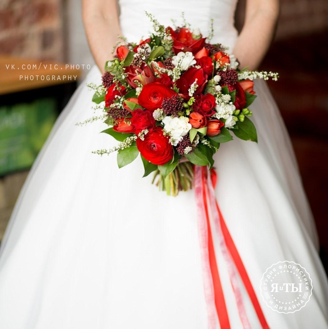 Красно-белый свадебный букет с амарилисами