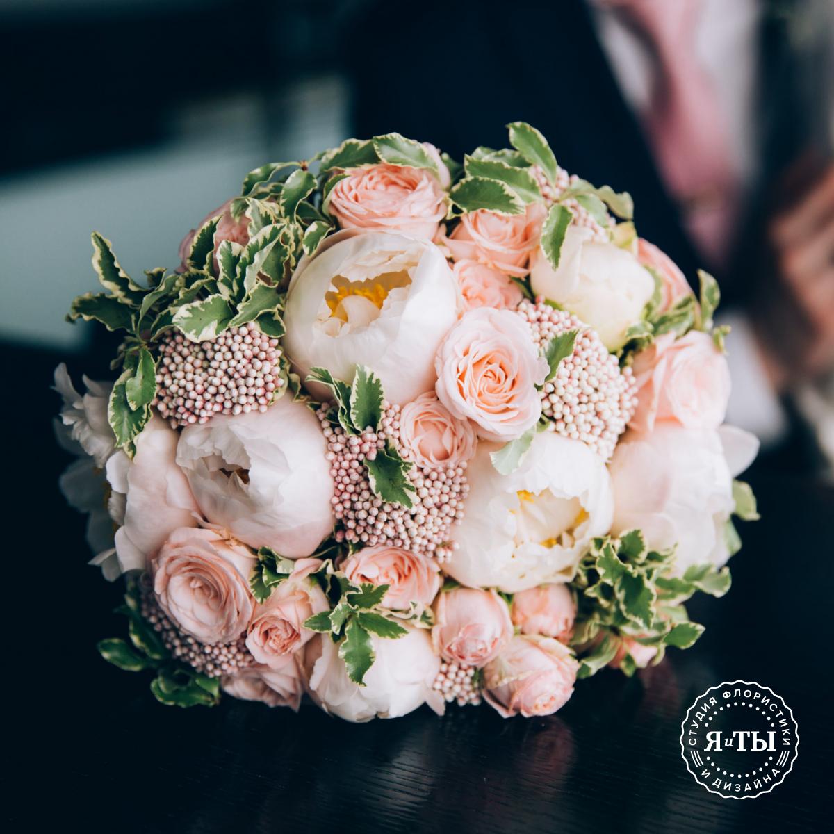 Свадебный букет из пионов и кустовых роз