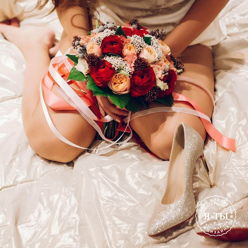Красно-персиковый свадебный букет с ранункулюсами