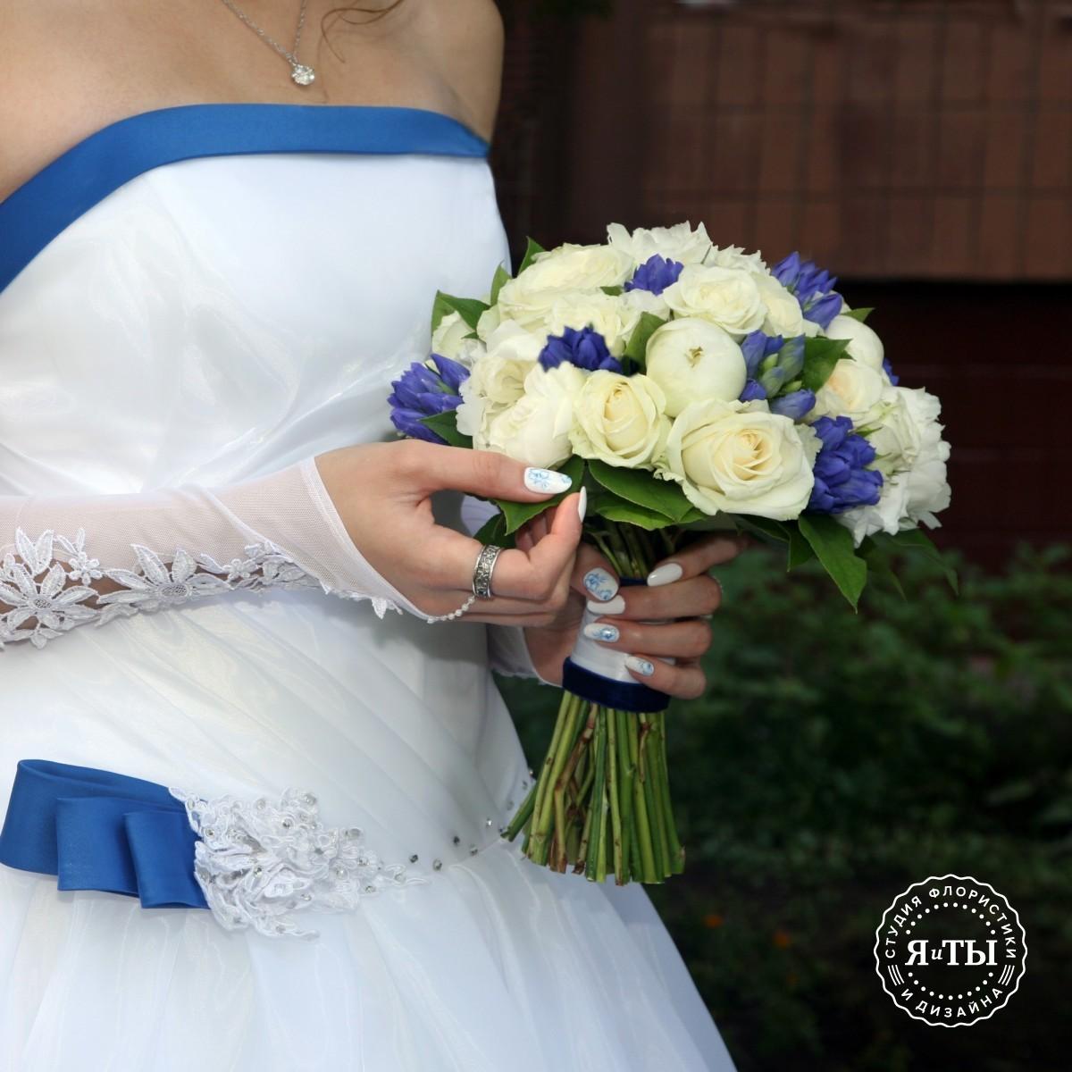 Свадебный букет с пионами и гентианой