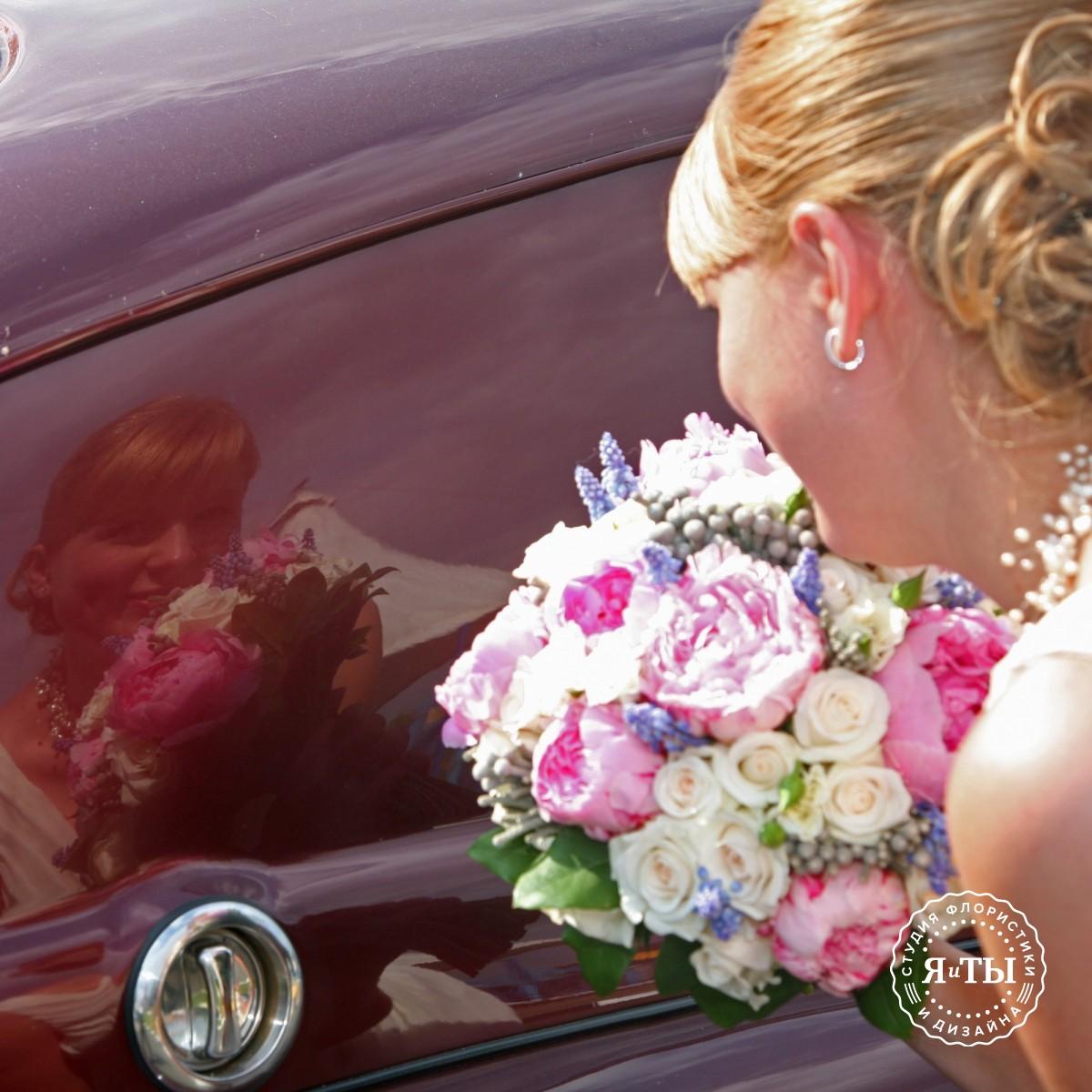 Нежный свадебный букет с пионами и мускари
