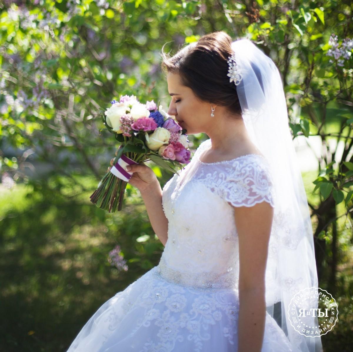 Душистый свадебный букет с гиацинтами и тюльпанами