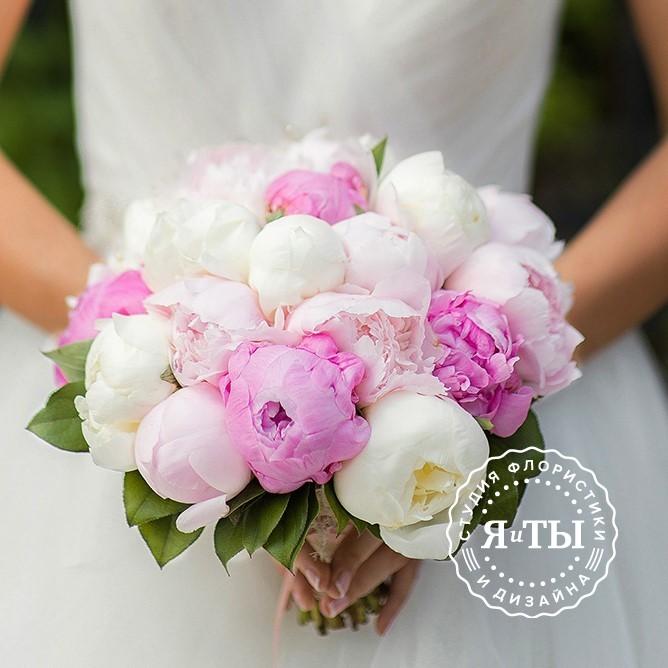 Свадебный букет из 25 розово-белых пионов