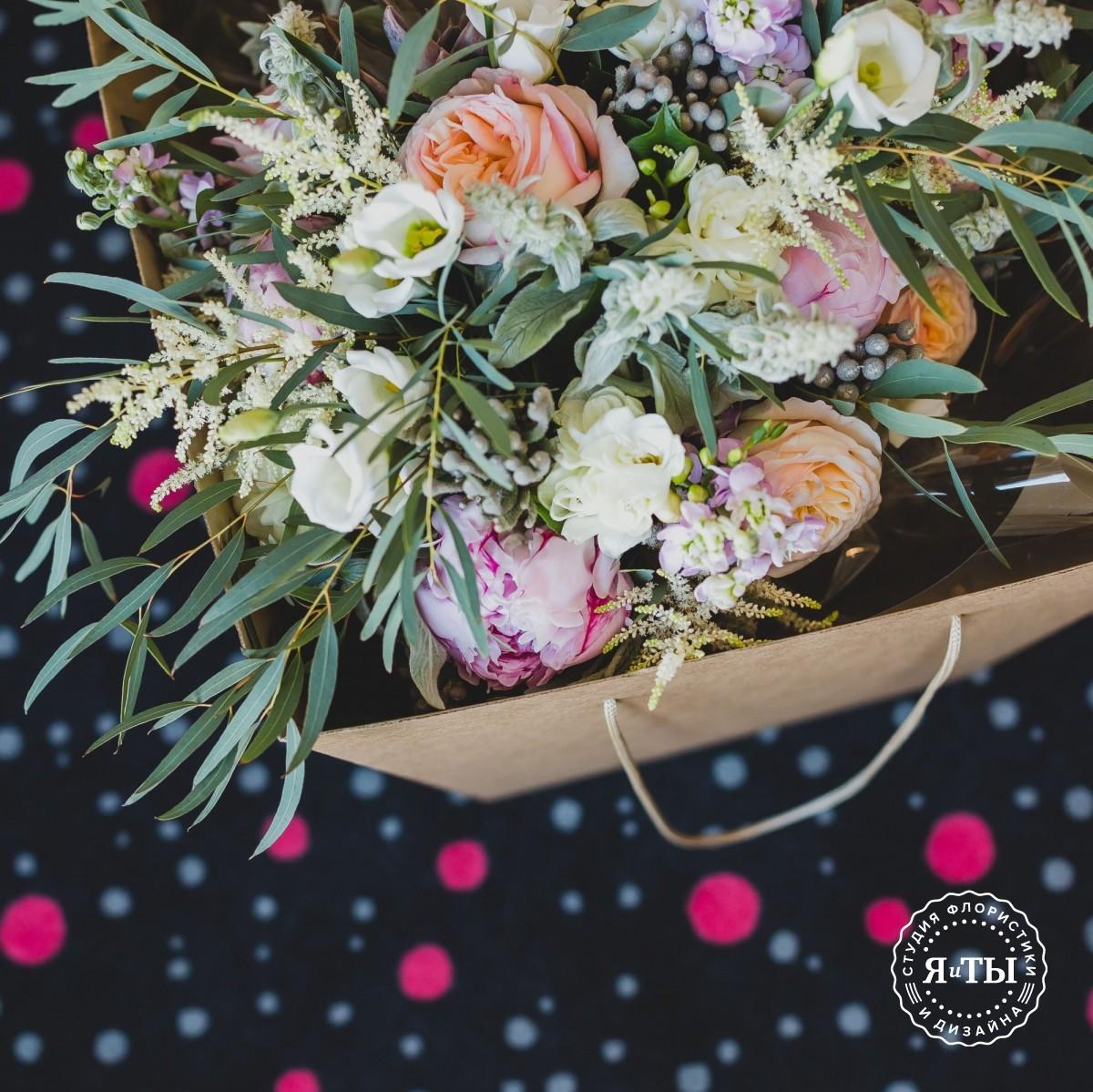 Ароматный свадебный букет с эхеверией и пионовидными розами