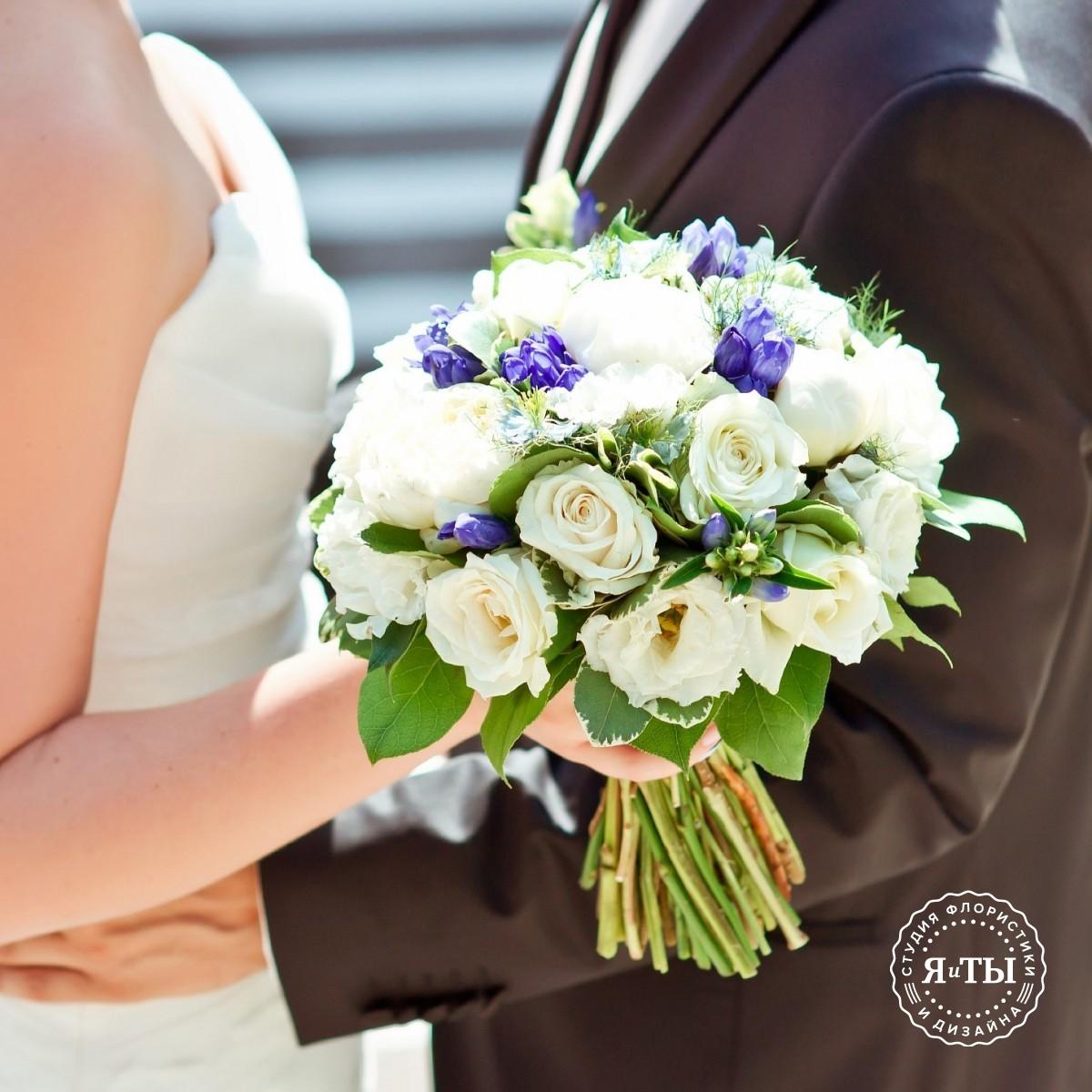 Свадебный букет с пионами и лизиантусами