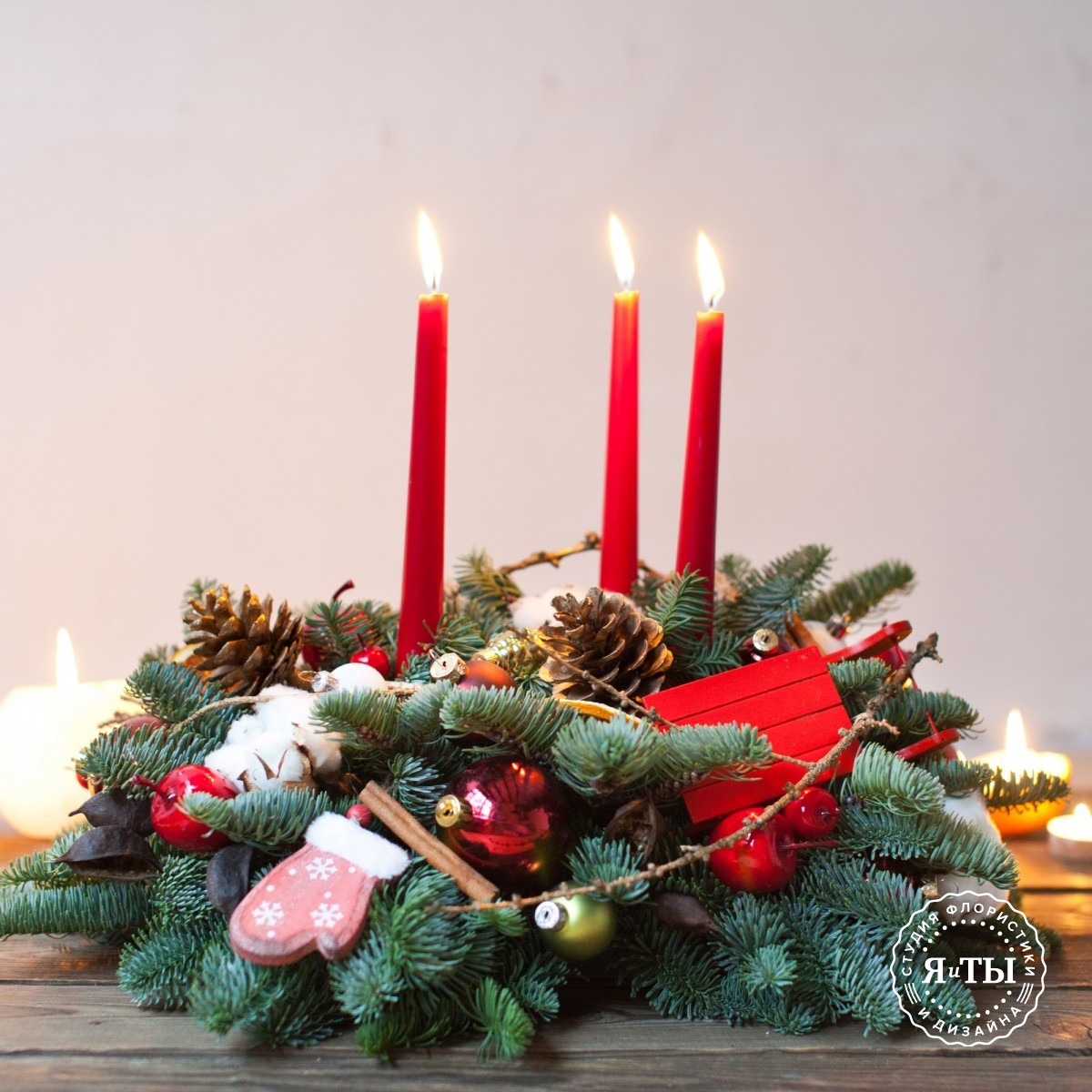 Настольная новогодняя композиция с красными свечами