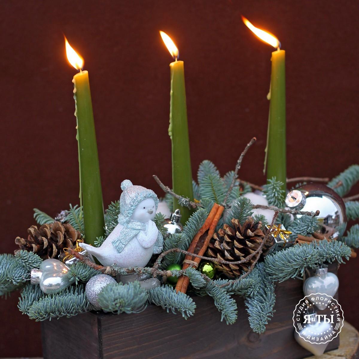 Зелёно-серебристая композиция со свечами