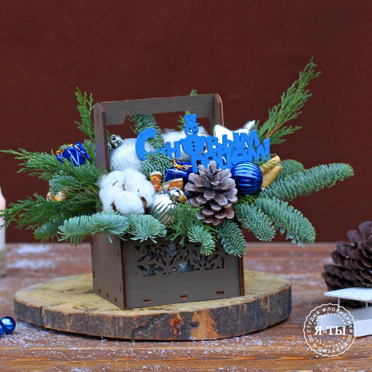 Сине-серебристая композиция в деревянном ящичке