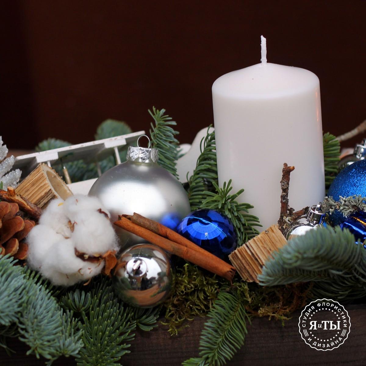 Бело-синяя композиция со свечой и санками