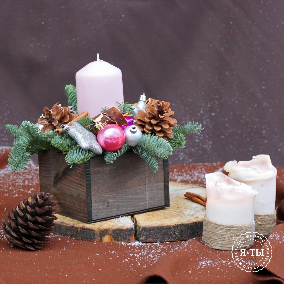 Новогодняя композиция с розовой свечой