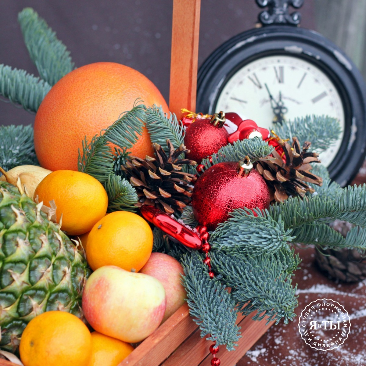 Декоративный ящик с фруктами