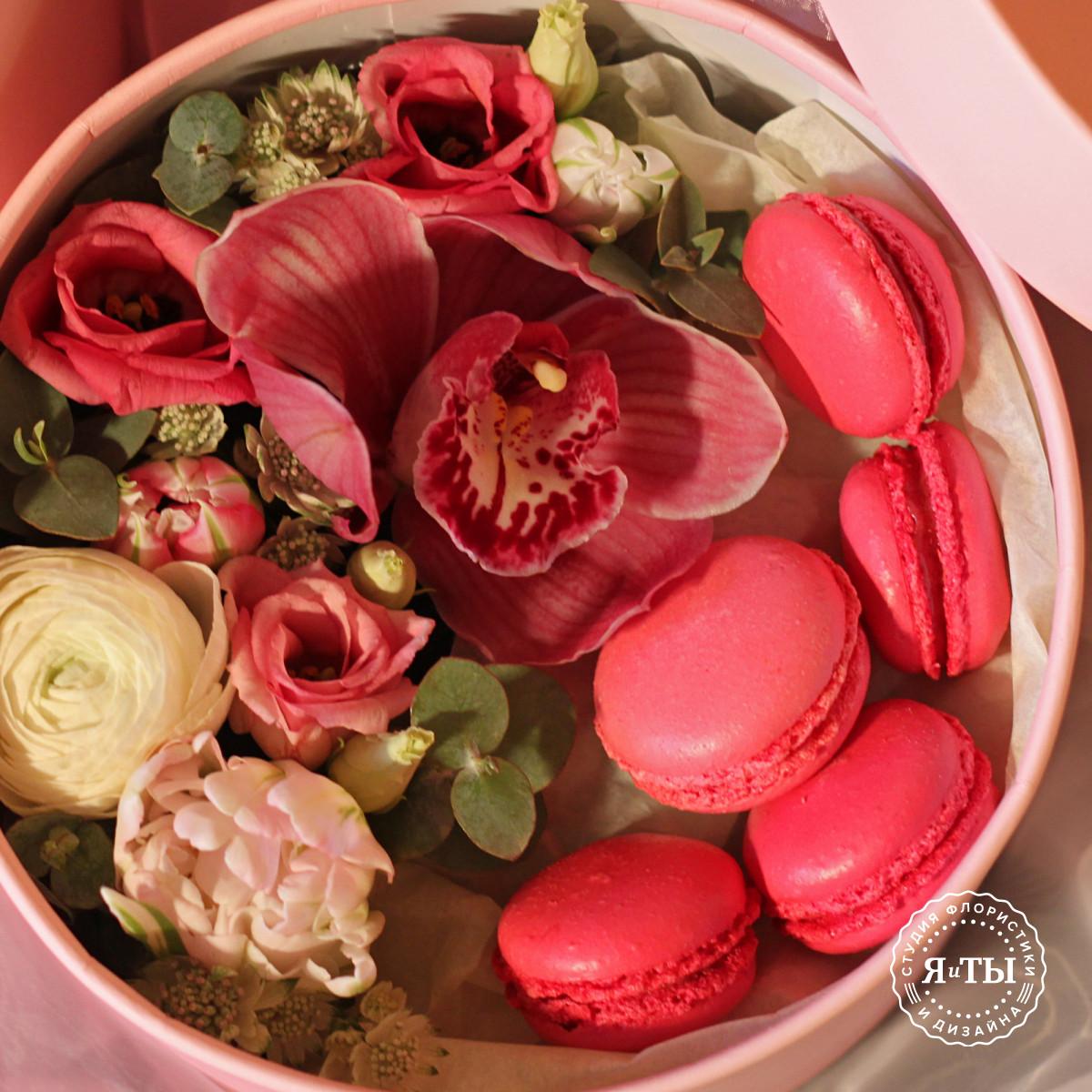 Коробочка с орхидеей и макарони