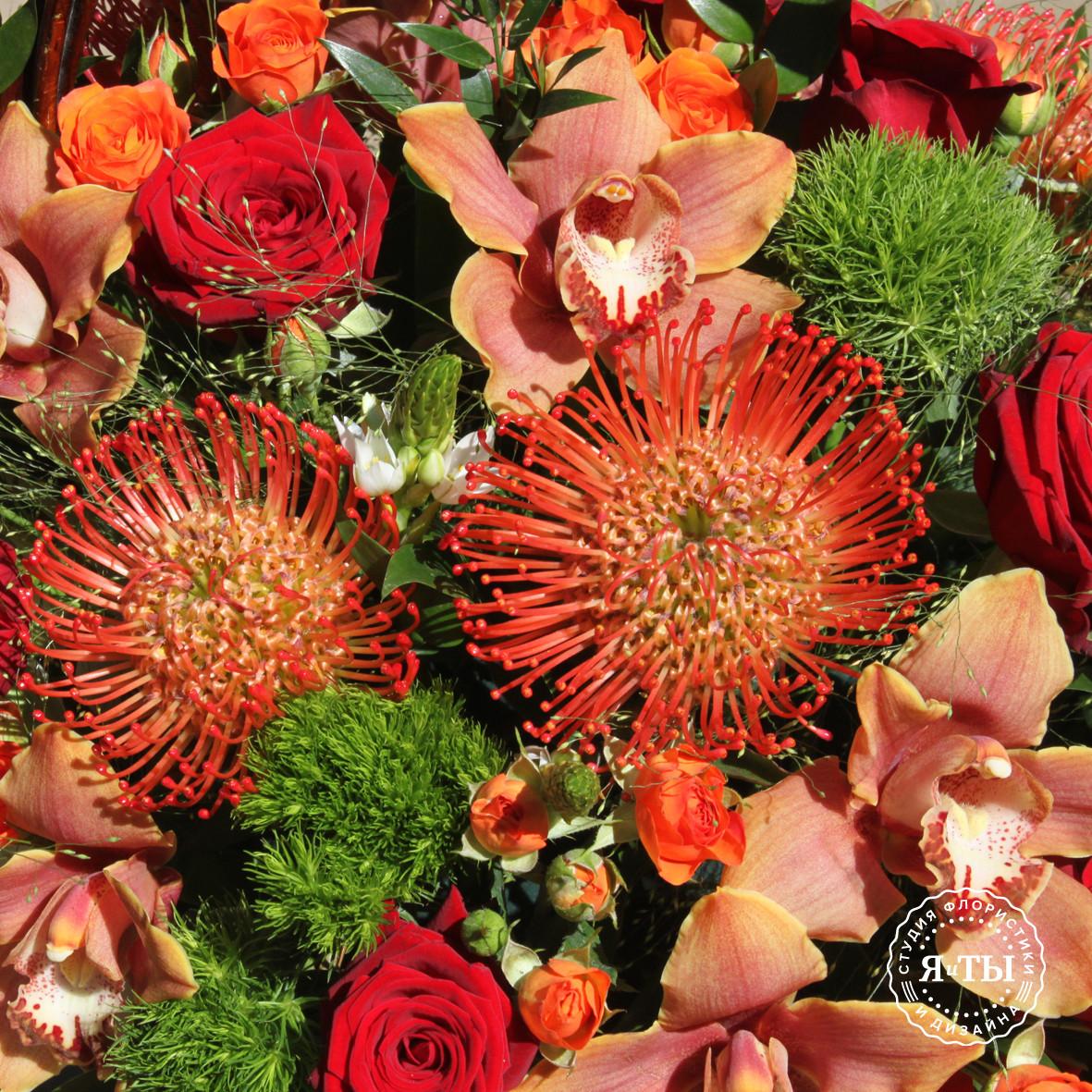 Красно - оранжевая корзина с орхидеями