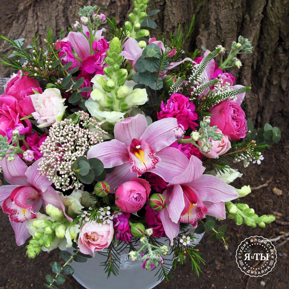 Весенняя композиция с орхидеями и пионовидными розами