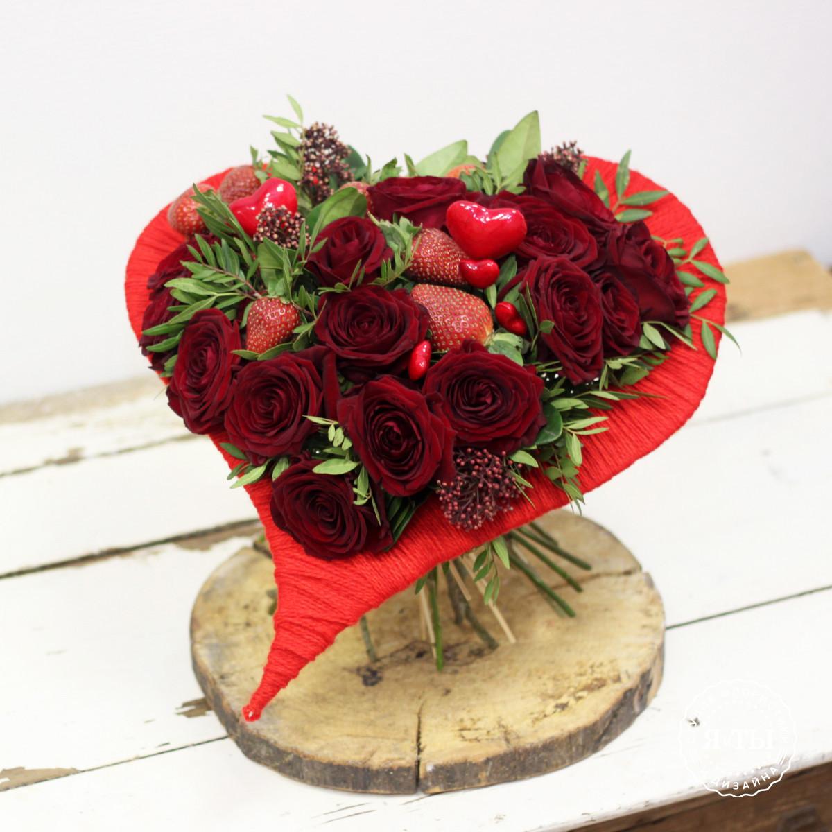Букет с клубникой и розами