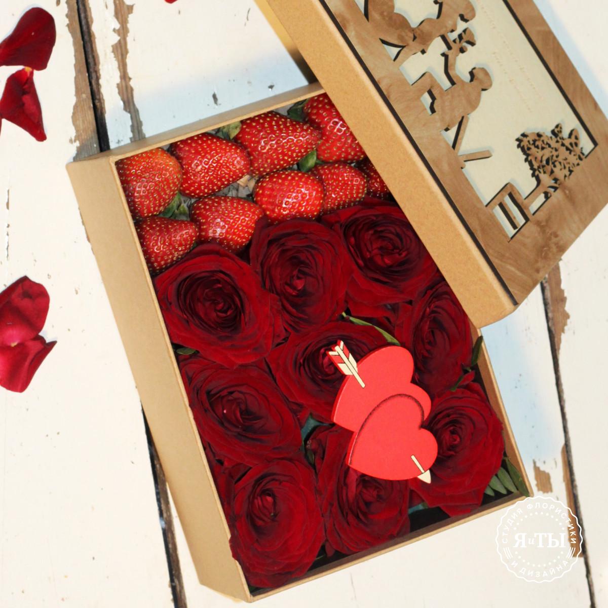 Коробочка с клубникой и розами