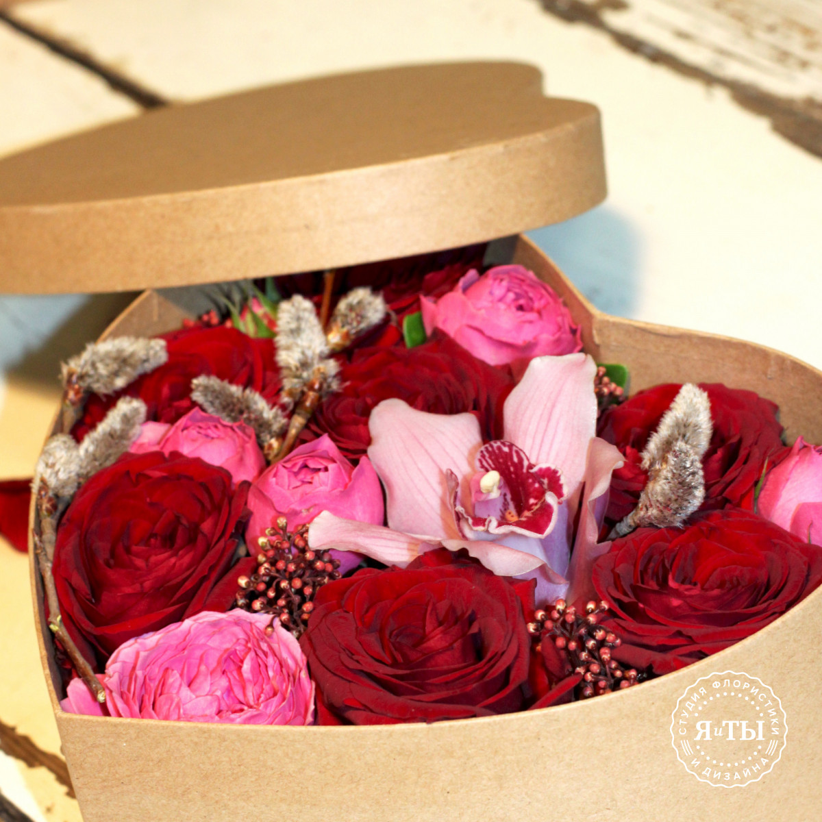 Цветы в коробке - сердце