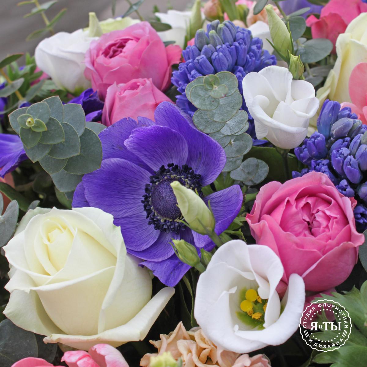 Весенняя корзина с гиацинтами и тюльпанами