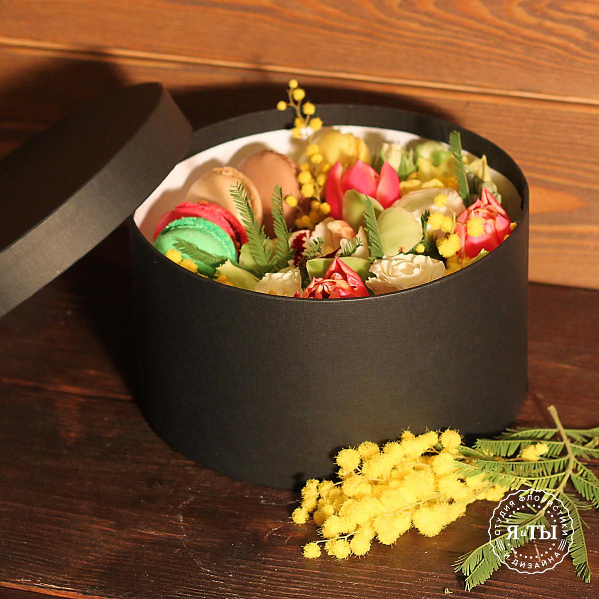 Коробочка с мимозой и макарони