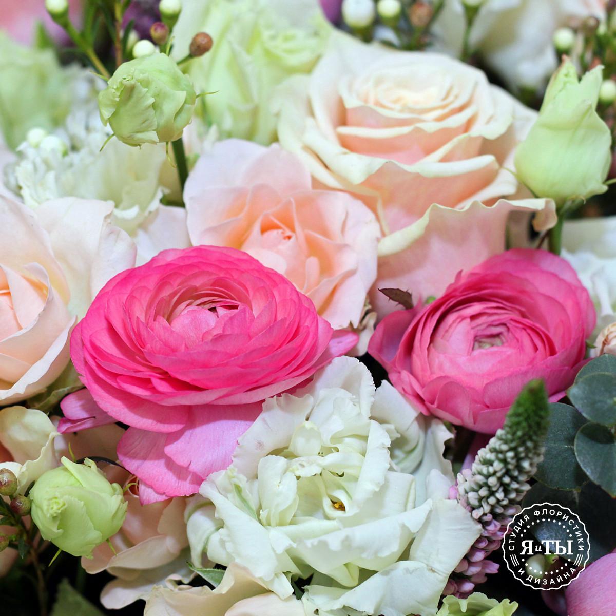 Корзина с ранункулюсами и розами