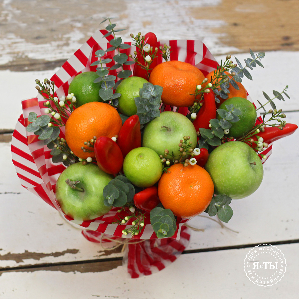 Фруктовый букет с мандаринами и яблоками