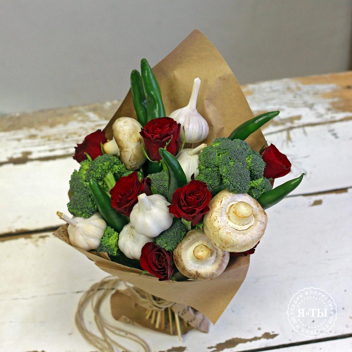Овощной букет с розами и брокколи