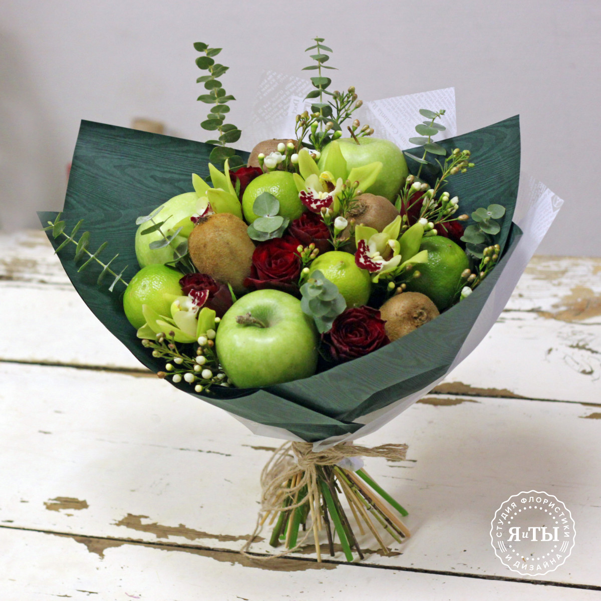 Фруктовый букет с киви и орхидеями