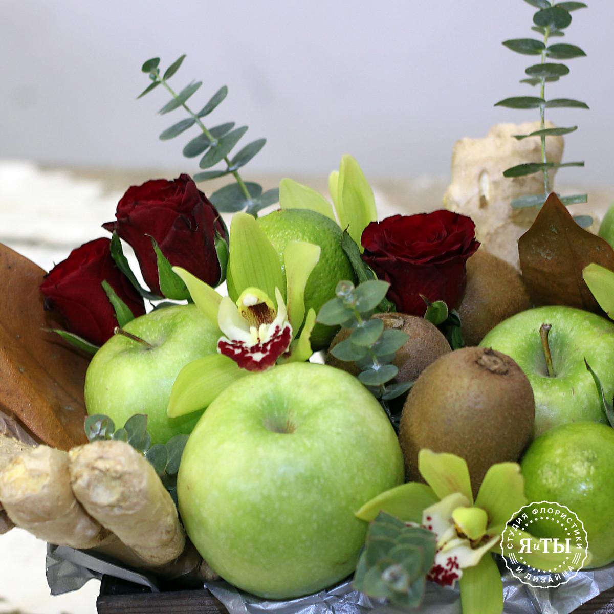 Фруктово - цветочная композиция с яблоками и орхидеями