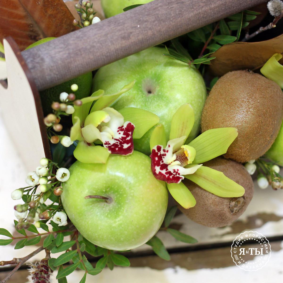 Фруктовый ящичек с киви и орхидеями