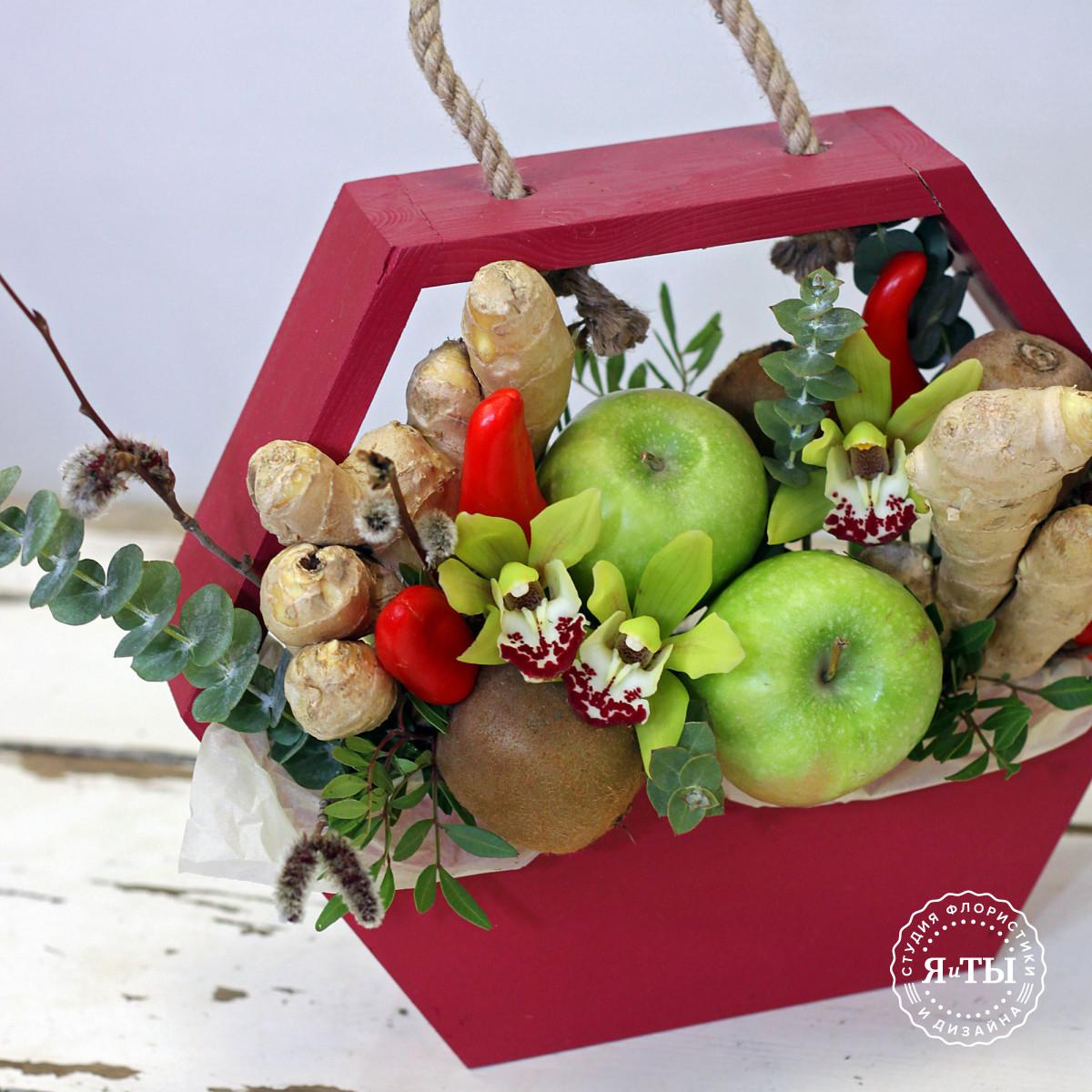 Композиция в ящике с яблоками и перцем