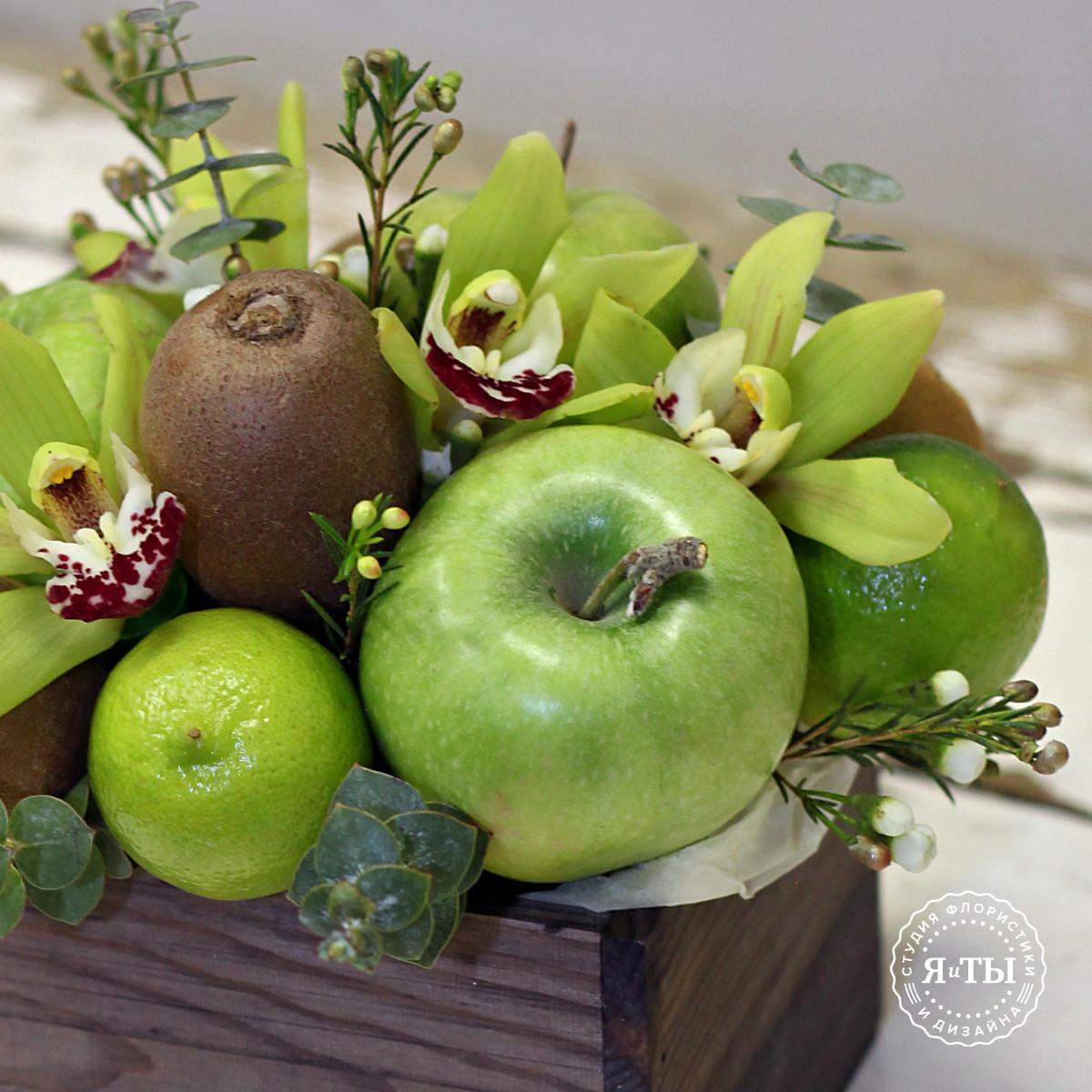 Фруктовая композиция с яблоками и орхидеями
