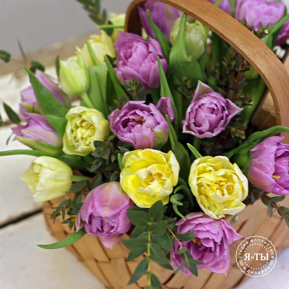 Лукошко с махровыми тюльпанами