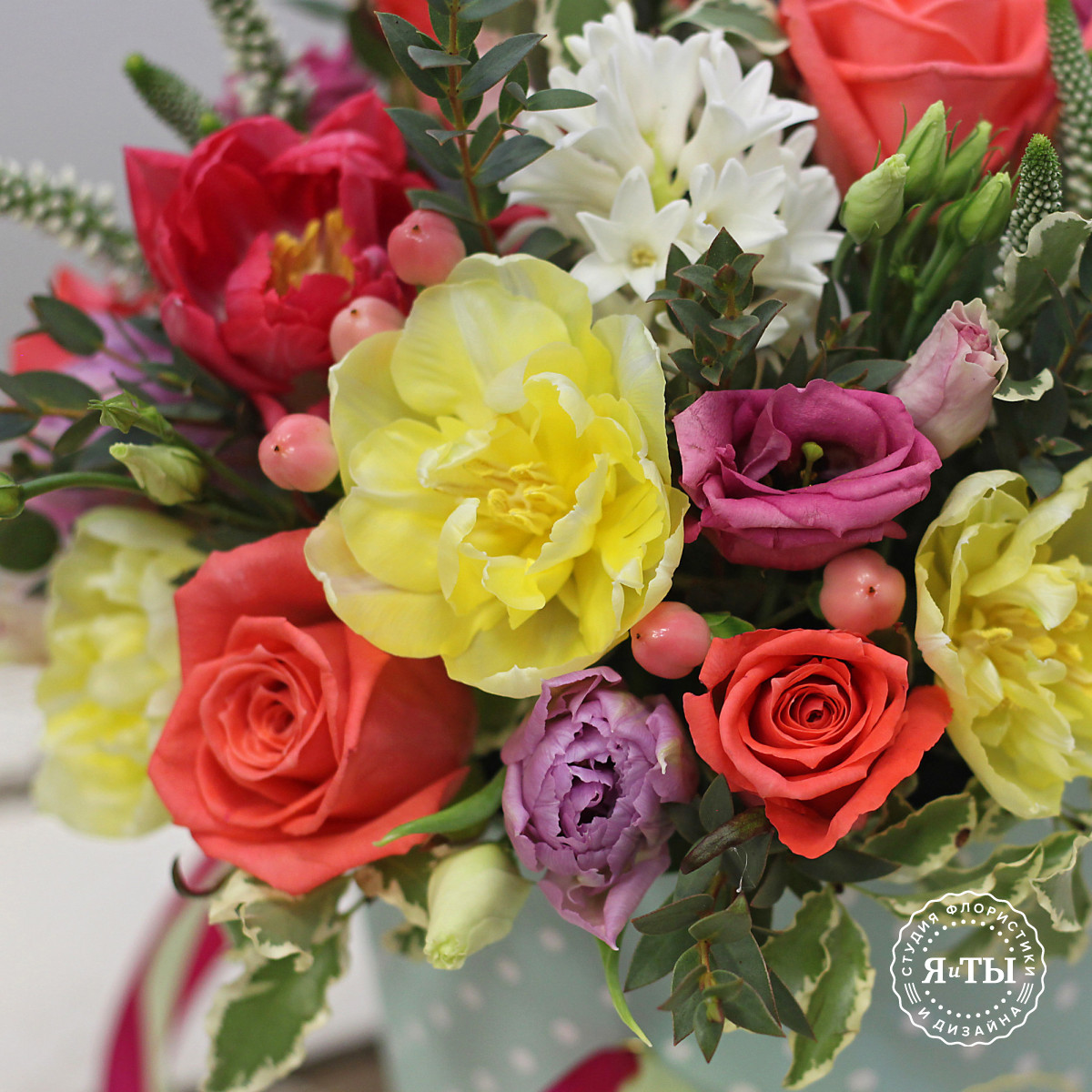 Яркая весенняя коробочка с тюльпанами