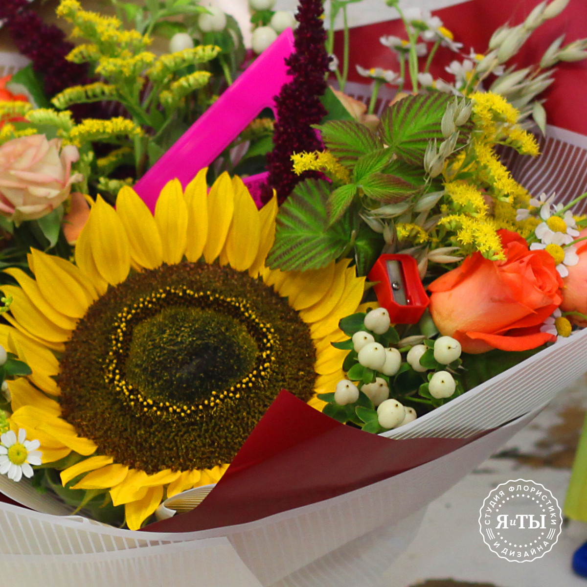 Букет с подсолнухом и розами