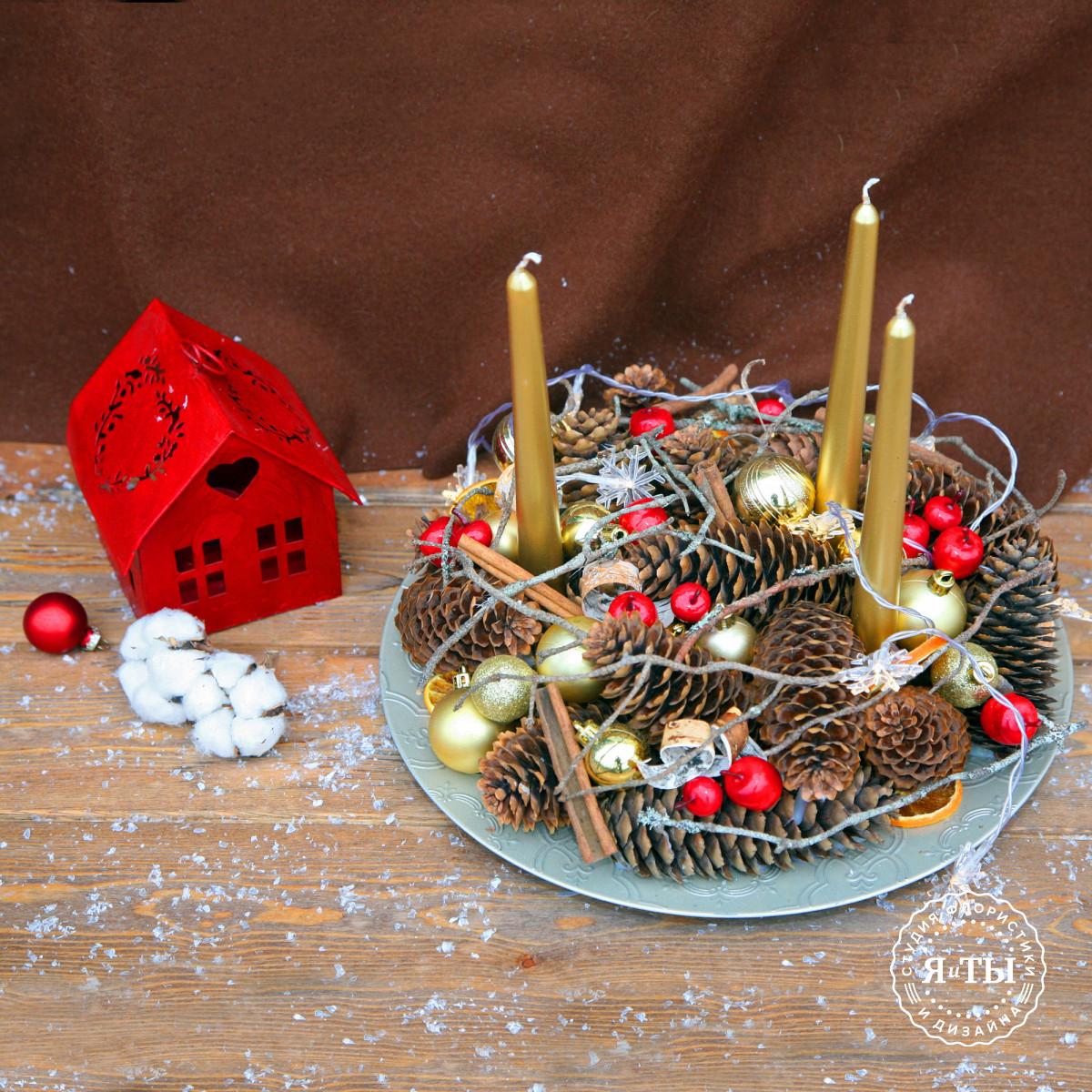 Композиция из шишек со свечами и гирляндой