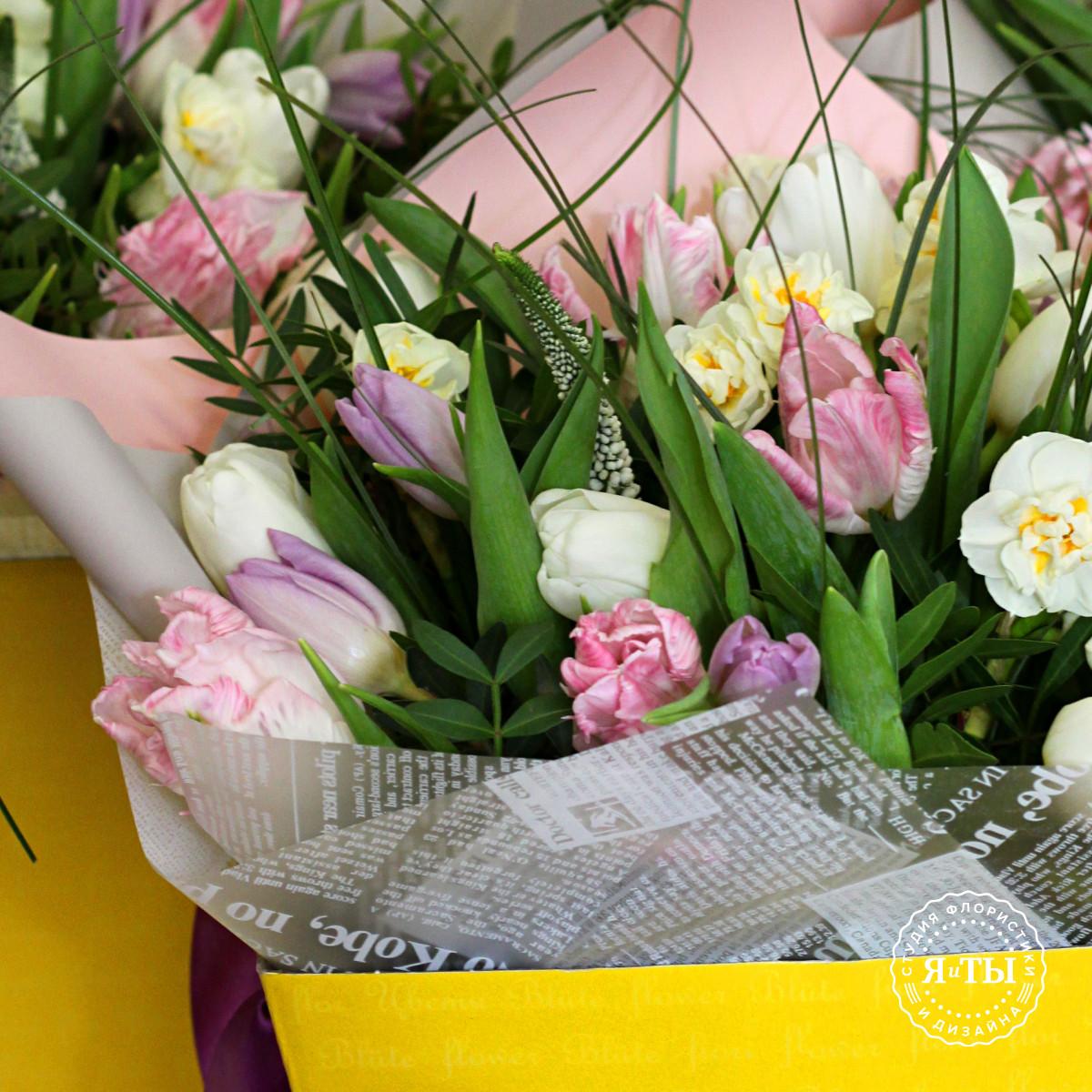Нежный весенний букет с тюльпанами и нарциссами