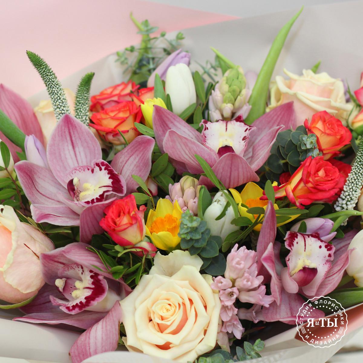 Весенний букет с гиацинтами, нарциссами и тюльпанами