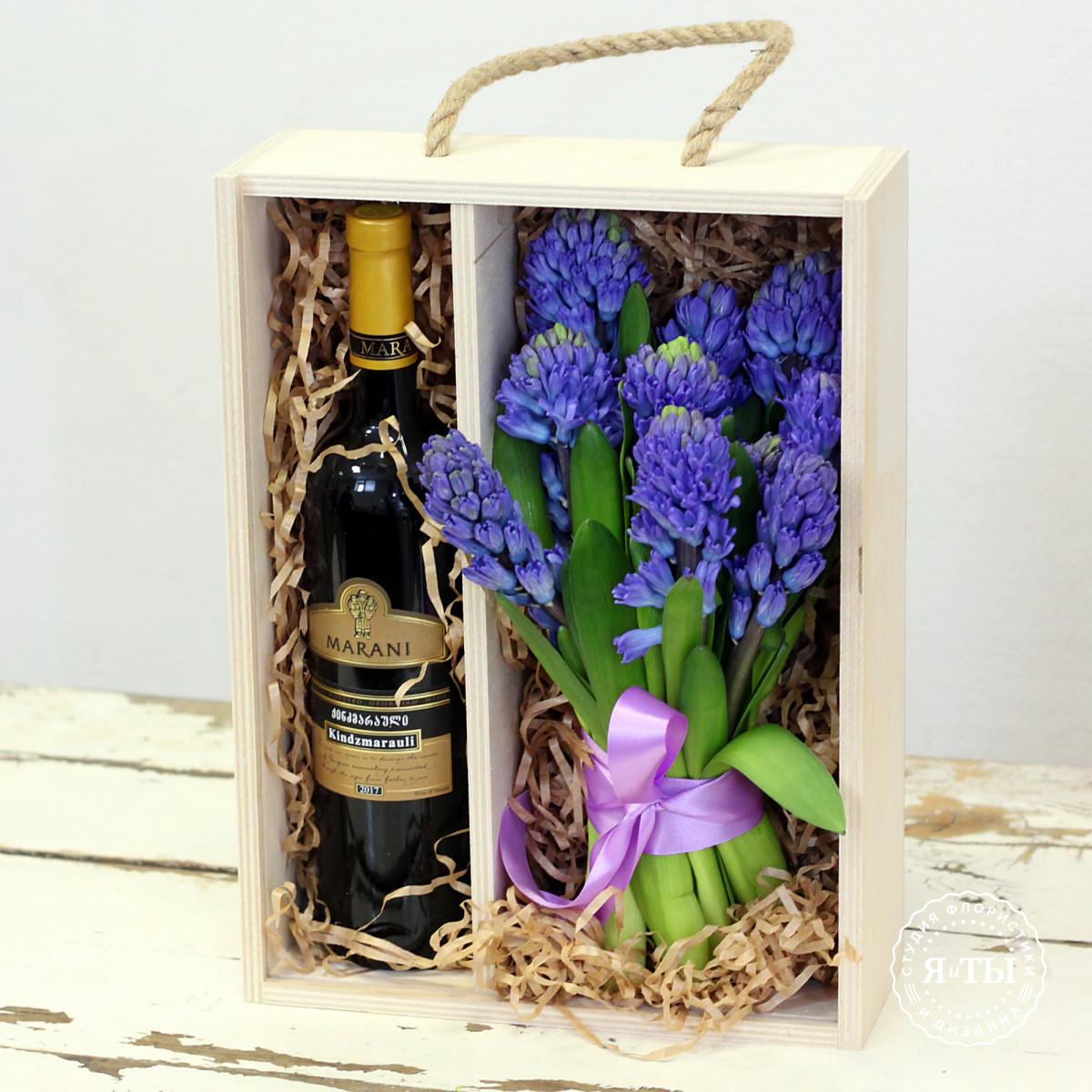 Ящичек с синими гиацинтами и вином